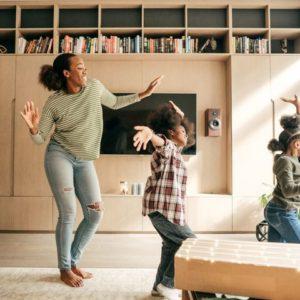 Une nounou qui danse avec les enfants pendant la garde périscolaire