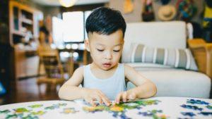 activités d'éveil : un enfant en train de faire un puzzle