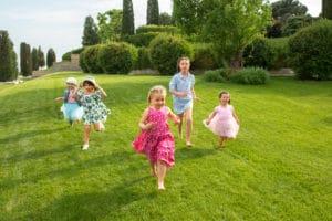 Des enfants qui courent dans l'herbe