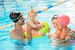 Une famille qui profite des vacances à la piscine