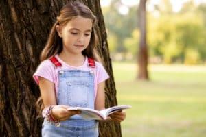 Activités pour les enfants : une fille en train de lire