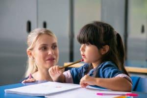 Enfant qui respecte son enseigntante