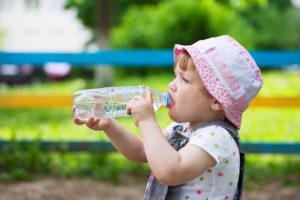 Insolation enfant : une fille en train de boire de l'eau