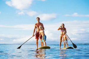 Activité nautique : une famille qui fait du paddle