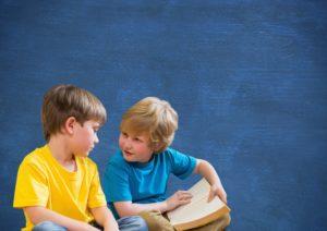 Deux garçons qui discutent
