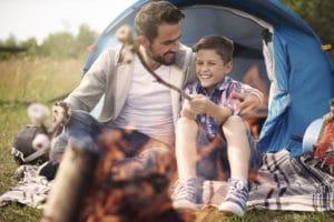Activités pour les enfants : feu de camp, un père avec son fils