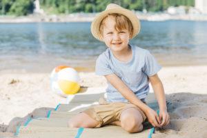 Insolation enfant : porter un chapeau