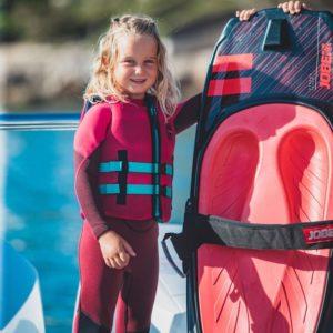 Activité nautique : une fille avec sa planche de kneeboard