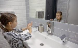 Rentrée scolaire 2021 : une fille qui se lave les mains