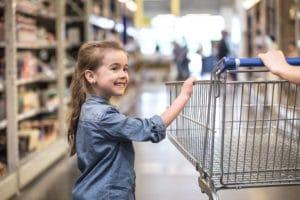 Une fille au supermarché