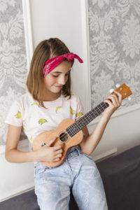 Une jeune fille qui joue de la guitare