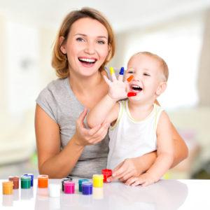 Garde d'enfant périscolaire : une babysitter qui joue avec un bébé