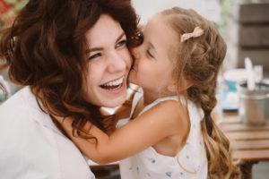 Garde d'enfant périscolaire : une fille qui embrasse sa nounou